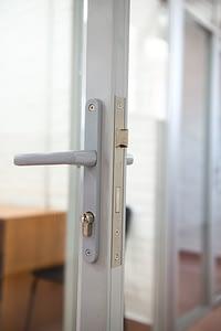 Вид ручки на двери офиса