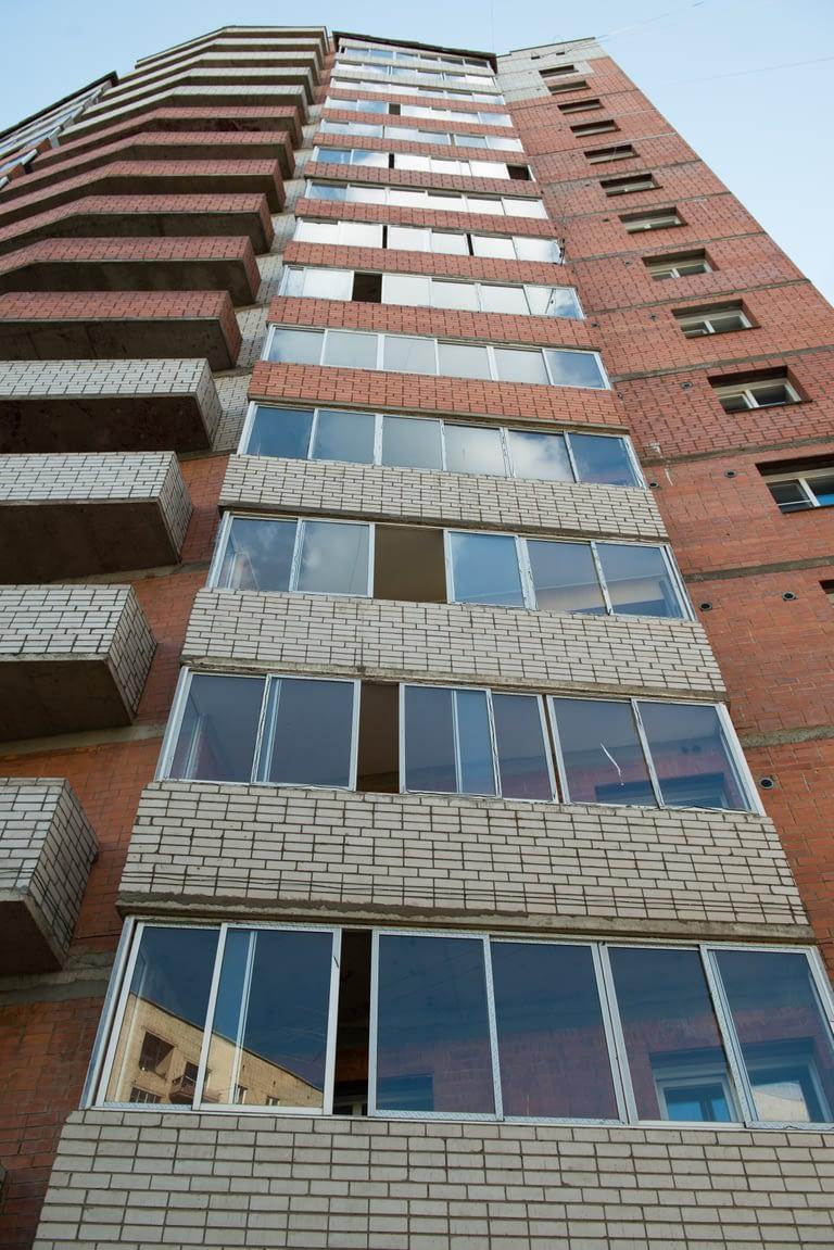 Остекление многоэтажного дома (вид снизу)