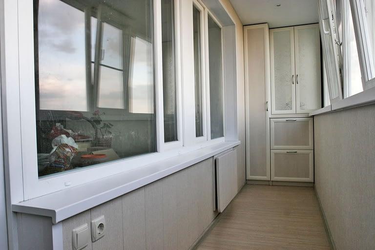 Тёплое остекление балкона с внутренней отделкой и встраиванием шкафа